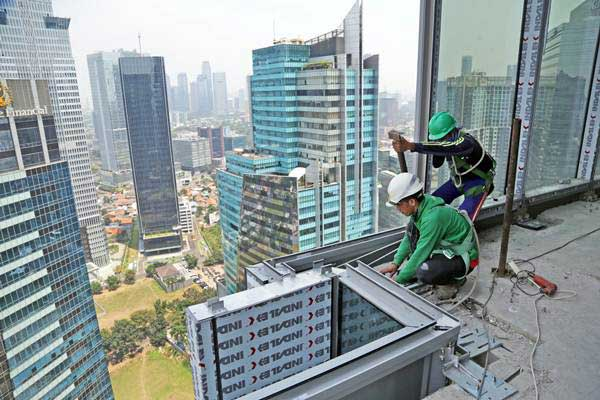 Pekerja PT Nusa Konstruksi Enjiniring Tbk (NKE) menyelesaikan pembangunan gedung World Capital Tower (WCT) setinggi 54 lantai milik Pollux Properties Group, di Mega Kuningan, Jakarta, Rabu (13/9). - ANTARA