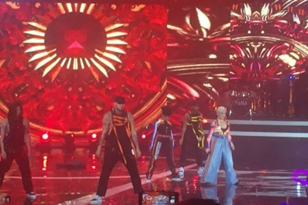 Penampilan Agnez Mo membawakan lagu baru dalam peluncuran Vivo V7, di JIExpo Kemayoran, Jakarta, Kamis malam (28/9/2017). - Antara