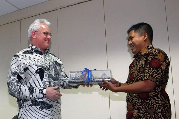 Direktur Utama Indonesia Commodity and Derivatives Exchange (ICDX) Lamon Rutten (kiri), memberikan cendera mata kepada Pemimpin Redaksi Bisnis Indonesia Hery Trianto, saat berkunjung ke Wisma Bisnis Indonesia, di Jakarta, Senin (2 - 10).