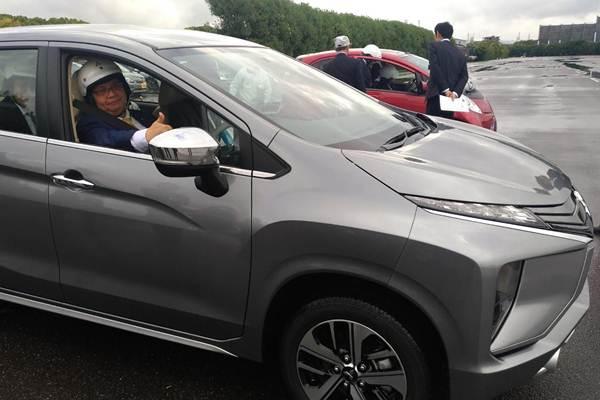 Menteri Perindustrian Airlangga Hartarto melakukan test drive electric vehicle produksi Mitsubishi Motors di Okazaki, Prefektur Aichi, Jepang pada Kamis (19/10) - Ana Noviani