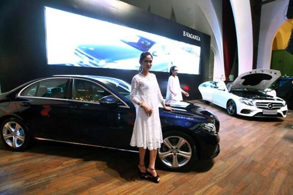 Model berfoto dengan mobil Mercedes-Benz E-Class terbaru, saat peluncuran 250 Avantgarde dan 300 AMG Line, di Jakarta, Jumat (7/4). - JIBI/Dwi Prasetya