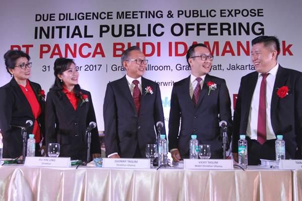 Direktur Utama PT Panca Budi Idaman Tbk. Djonny Taslim( tengah) berbincang dengan Direktur Emiyati (dari kiri), Direktur Fu Yin Ung, Wakil Dirut Vicky Taslim,  dan Direktur Tan Hendra, sebelum penawaran perdana saham perseroan, di Jakarta, Selasa (31/10). - JIBI/Endang Muchtar