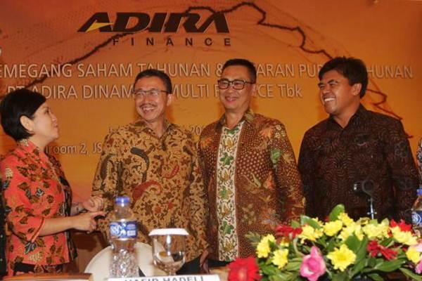 Direktur PT Adira Dinamika Multi Finance Tbk Swandajani Gunadi (dari kiri) berbincang dengan Komisaris Willy Suwandi Dharma, Dirut Hafid Hadeli, dan Direktur I Dewa Made Susila, seusai RUPS, di Jakarta, Rabu (17/5). - JIBI/Endang Muchtar