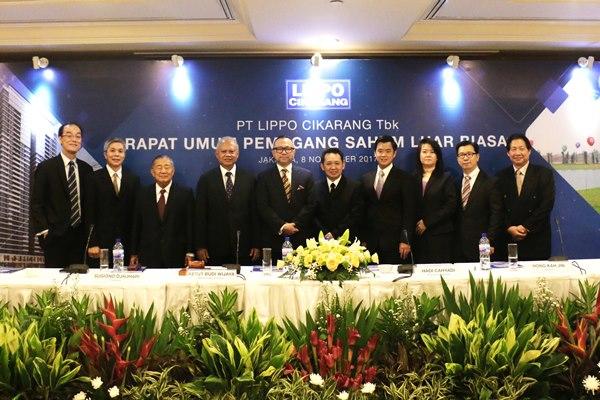 Dari kiri ke kanan, Direktur LPCK Hong Kah Jin (kiri), Komisaris Wijaya Subekti, Komisaris Sugiono Djauhari, Presiden Komisaris Ketut Budi Wijaya, Komisaris Independen Hadi Cahyadi, Direktur Ju Kian Salim, Direktur Alexander Yasa, Direktur Juvantia, Direktur Sony, dan Direktur Hartono Tjahjana berfoto bersama usai terpilih dalam RUPSLB perseroan, Rabu (8/11/2017) - Bisnis