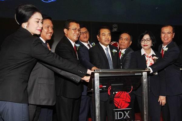 Direktur Utama PT Bank Rakyat Indonesia Tbk (BRI) Suprajarto (keempat kanan) beserta jajaran pimpinan lainnya melakukan pembukaan perdagangan saham dalam rangka memperingati 14 tahun Bank BRI melantai di Bursa Efek Indonesia (BEI), di Jakarta, Jumat (10/11). - JIBI/Dedi Gunawan