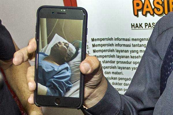 Pengacara Setya Novanto, Fredrich Yunadi memperlihatkan foto Setya Novanto yang sedang dirawat di RS Medika Permata Hijau, Jakarta, Kamis (16/11). - ANTARA/Galih Pradipta