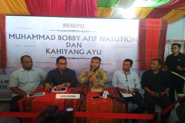 Owner Focus Wedding Planner, Muhammad Ozzy (tengah) memberikan penjelasan kepada para wartawan di media center pernikahan NBobby-Kahiyang di Medan, hari ini. Bobby-Kahiyang akan menjalani prosesi tepung tawar sebagai penyambutan kedatangan pengantin tersebut di Kota Medan - Bisnis.com/Siti Munawaroh