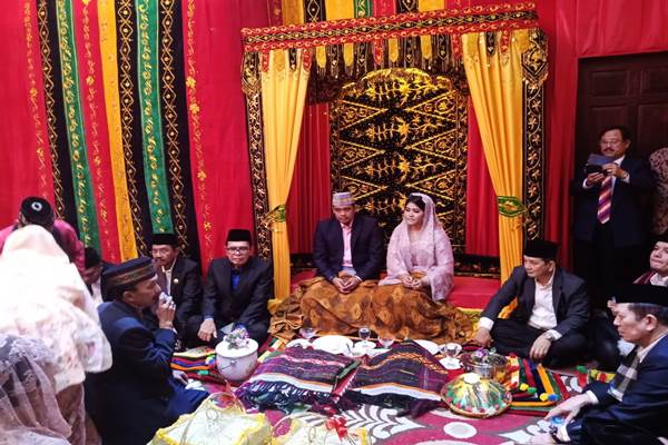 Kahiyang Ayu Jokowi resmi menyandang boru Siregar dalam acara adat Batak Mandailing di Medan Sumatra Utara, Selasa (21/11/2017). - Bisnis.com/Siti Munawaroh