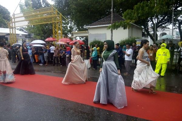 Para model yang mengenakan pakaian bermotifkan ciri khas Gorontalo menggunakan karawo beraksi dalam Gorontalo Karnaval Karawo 2017 di Kota Gorontalo, Sabtu (25/11/2017). - zufrizal