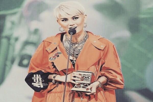Agnez Mo saat menerima piala MAMA 201 - Instagram