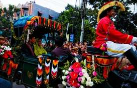 KIRAB BUDAYA PERNIKAHAN BOBBY-KAHIYANG: Ribuan Warga Menyambut Riang. Presiden Jokowi Bagi-Bagi Souvenir