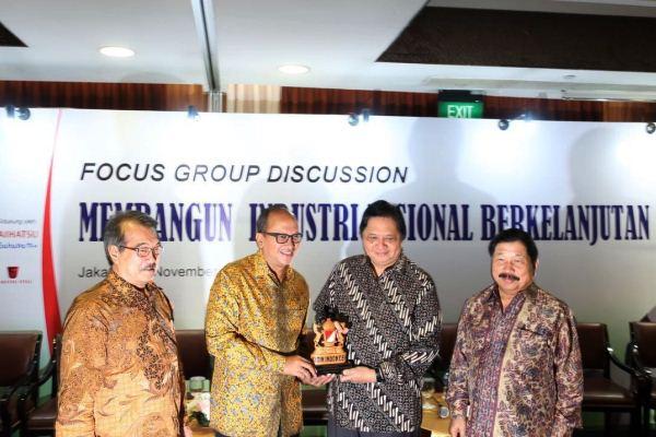 Ketua Umum Kadin Rosan P Roeslani memberikan cinderamata lambang Kadin Indonesia kepada Menteri Perindustrian Airlangga Hartarto dalam FGD Membangun Industri Nasional Berkelanjutan di Jakarta, Senin (27/11 - 2017).