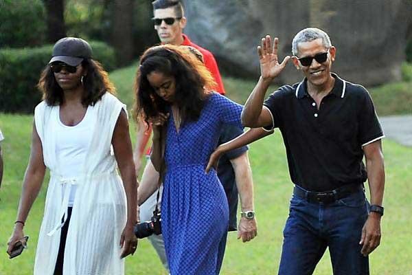 Mantan Presiden Amerika Serikat Barack Obama melambaikan tangan  - Antara/Anis Efizudin