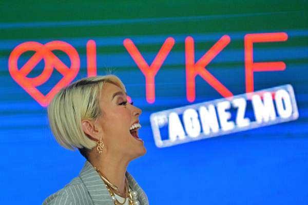 Penyanyi Agnes Monica atau Agnez Mo menyampaikan paparan ketika peluncuran digital store fesyen LYKE di Jakarta, Kamis (26/10). - ANTARA/Wahyu Putro A
