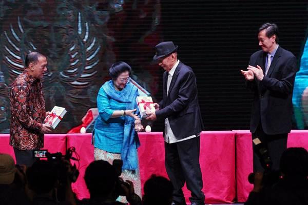 Gubernur Bank Indonesia Agus D.W. Martowardojo (dari kiri), dan Presiden ke-5 Megawati Soekarnoputri menerima buku dari Chairman Ciputra Group, Ciputra, didampingi Direktur Utama PT CIputra Development Tbk. Candra Ciputra, saat peluncuran buku The Passion of My Life di Jakarta, Rabu (29/11). - JIBI/Dwi Prasetya