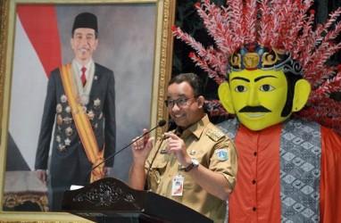 Anies Bagi Amplop ke Warga Jati Padang
