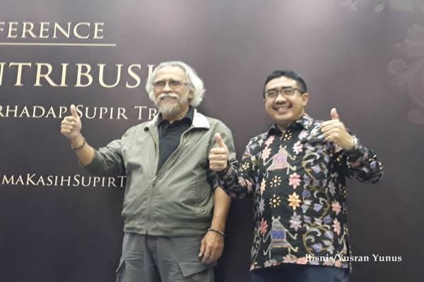 Direktur Marketing KTB, Duljatmono (kanan) bersama Brand Ambassador Mitsubishi FUSO,Iwan Fals dalam konferensi pers kegiatan sosial FUSOkontribusi, Terimakasihsupirtruk, Jumat malam (15/12 - 2017)