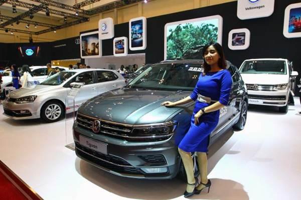 Model berfoto dengan mobil New Volkswagen Tiguan pada ajang Gaikindo Indonesia International Auto Show (GIIAS) 2017 di Tangerang Banten, Jumat (11/8). - JIBI/Dwi Prasetya
