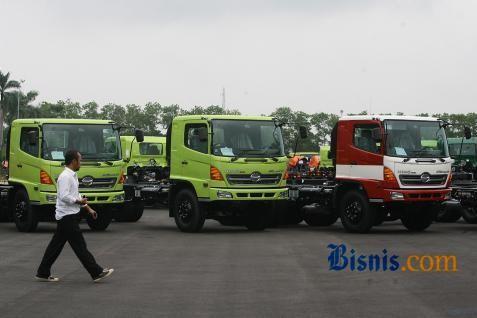 Deretan truk Hino.  - Bisnis.com