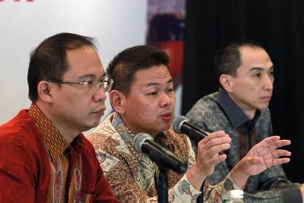 Direktur Utama PT Trada Alam Minera Tbk. Soebianto Hidayat (tengah), memberikan paparan didampingi Direktur Independen Irwandy Arif (kanan), dan Direktur Ismail, saat konferensi pers di Jakarta, Selasa (7/11). - JIBI/Dwi Prasetya