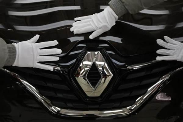 Ilustrasi-Pekerja sedang melakukan pemeriksaan pada pabrik assembling Renault di Wuhan, Hubei, China. - Reuters