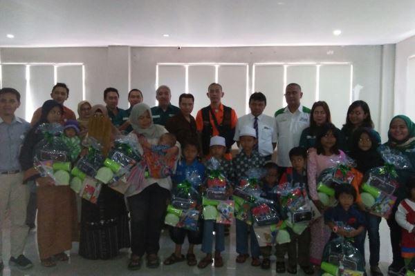 PT Monex Investindo Futures menyalurkan CSR kepada anak-anak dari petugas kebersihan di RS Permata Cirebon, Rabu (24/1/2018). - Eva Rianti