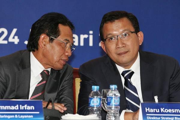 Direktur PT Bank Rakyat Indonesia Tbk (BRI) Mohammad Irfan (kiri) berbincang dengan Direktur Haru Koesmahargyo, disela-sela penjelasan mengenai kinerja perusahaan, di Jakarta,Rabu (24/1). - JIBI/Dedi Gunawan