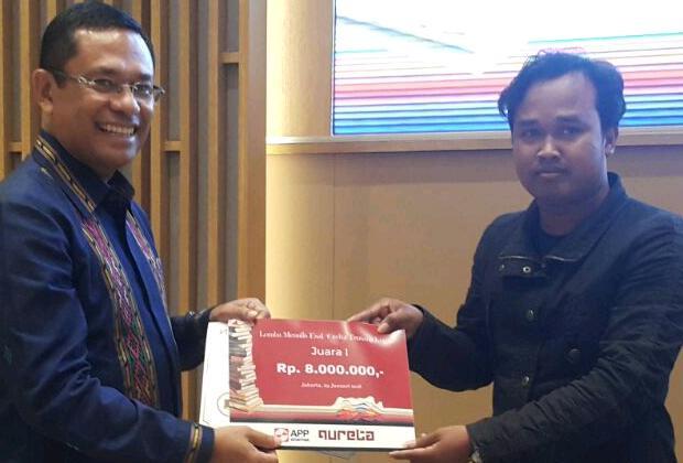 """Pemenang pertama lomba menulis esai """"Cerita Kertas"""" Ongky Arista UA saat menerima penghargaan dari Managing Director Sinar Mas Saleh Husin di Jakarta (29 - 1)"""
