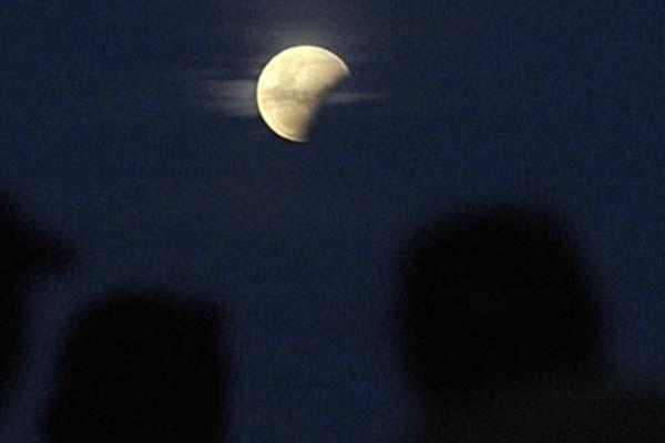 Gerhana bulan - Antara/Nyoman Budhiana