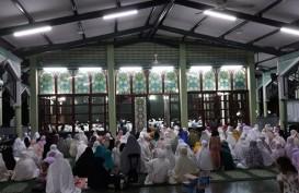 Umat Islam di Jakarta Padati Masjid Untuk Salat Gerhana Bulan Total