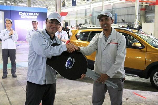 Masato Nakamura (kiri), Head of Datsun Indonesia, menerima simbolisasi kunci Datsun CROSS