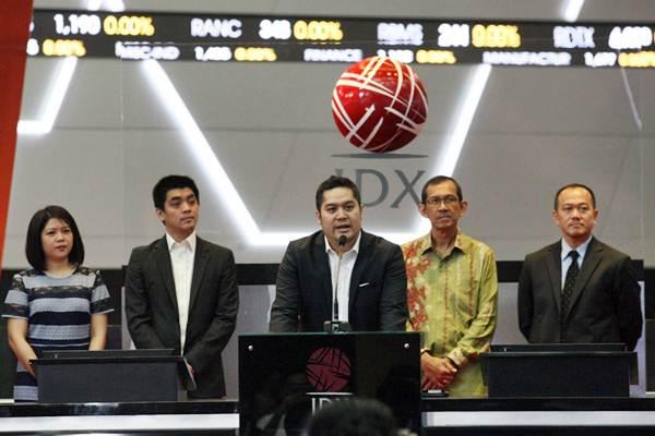 President & CEO PT Pinnacle Persada Investama Guntur Putra (tengah), disaksikan Komisaris Utama Rinaldi Firmansyah (kedua kanan), Komisaris Miranty Supardi (kiri), Direktur Andri Yauhari (kedua kiri), dan Direktur BEI Nicky Hogan menyampaikan sambutan pada pembukaan perdagangan saham dan peluncuran ETF Berbasis ESG:Pinnacle Indonesia ESG ETF di Jakarta, Jumat (2/2). - JIBI/Dedi Gunawan