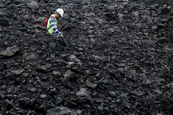Pekerja beraktivitas di area pertambangan batu bara PT Adaro Indonesia, di Kabupaten Tabalong, Kalimantan Selatan, Selasa (17/10). - JIBI/Nurul Hidayat