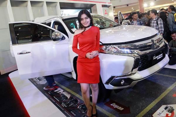Model berpose saat peluncuran mobil Pajero Sport 2018 Exceed AT, di Jakarta, Rabu (17/1). - JIBI/Dwi Prasetya