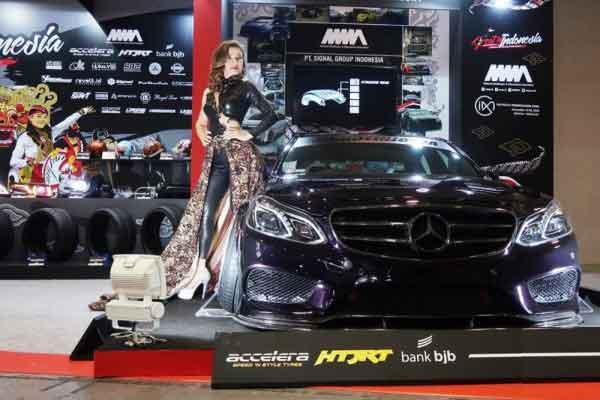 Mercedes-Benz E250 W212 karya modifikator Indonesia tampil di anjungan Great Indonesia dalam pameran modifikasi Osaka Automesse 2018.  - ANTARA