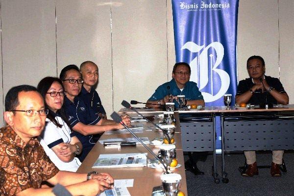 Tim MNC Group berbincang dengan Wakil Pemimpin Redaksi Bisnis Indonesia Chamdan Purwoko (kanan) saat berkunjung ke Redaksi Bisnis Indonesia, Rabu (14/2/2018). (Abdullah Azzam - Bisnis)