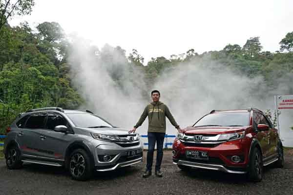 Direktur Marketing dan Aftersales PT Honda Prospect Motor Jonfis Fandy berfoto dengan dua kendaraan Honda BR-V di kawasan Kawah Kemojang, Garut, Selasa (13/2 - 2018).
