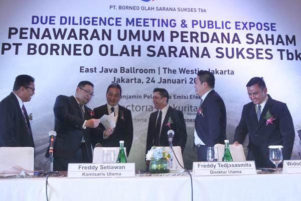 Direktur Utama PT Borneo Olah Sarana Sukses Tbk Freddy Tedjasasmita (ketiga kanan) berbincang dengan Komisaris Independen Supandi WS (dari kiri), Komisaris Johannes Halim, Komisaris Utama Freddy Setiawan, disaksikan Direktur Widodo Nurly Sumady, dan Direktur Reza Pranata, sebelum penawaran perdana saham perseroan di Jakarta, Rabu (24/1). - JIBI/Endang Muchtar