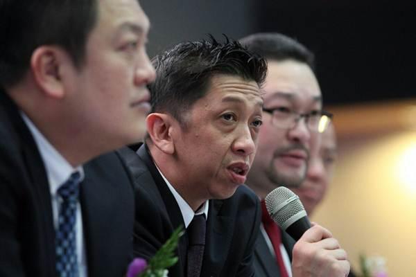 Direktur Utama PT Borneo Olah Sarana Sukses Tbk (BOSS)  Freddy Tedjasasmita (kedua kiri) memberikan penjelasan sesuai  pencatatan perdana saham BOSS di Jakarta, Kamis (15/2). - JIBI/Dedi Gunawan