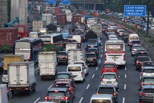 Kepadatan lalu lintas di jalan tol Jakarta-Cikampek - Antara/Risky Andrianto