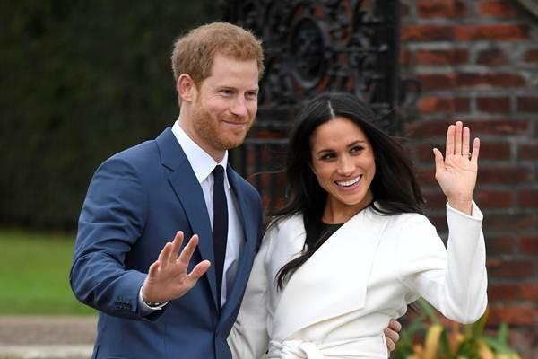 Pangeran Harry dari Inggris (kiri) berpose dengan tunangannya aktris Meghan Markle, di taman Istana Kensington, London, Inggris, Senin malam (27/11) waktu setempat - Reuters/Toby Melville
