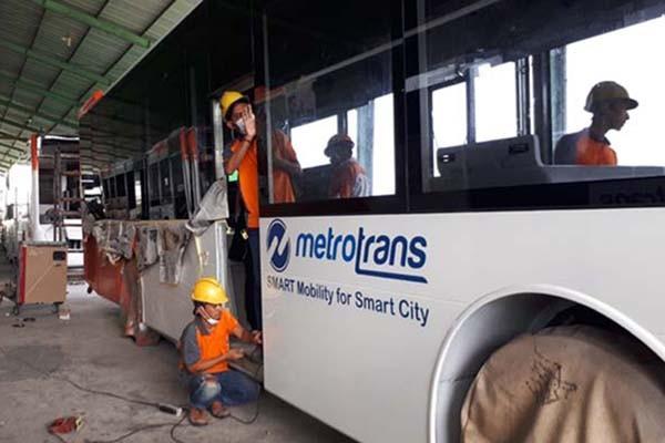 Para pekerja sedang mengerjakan bus pesanan Transjakarta di Karoseri Nusantara Gemilang, Demak, Jawa Tengah, pada Selasa (13/2/2018) - Bisnis.com/Annisa Sulisyto Rini