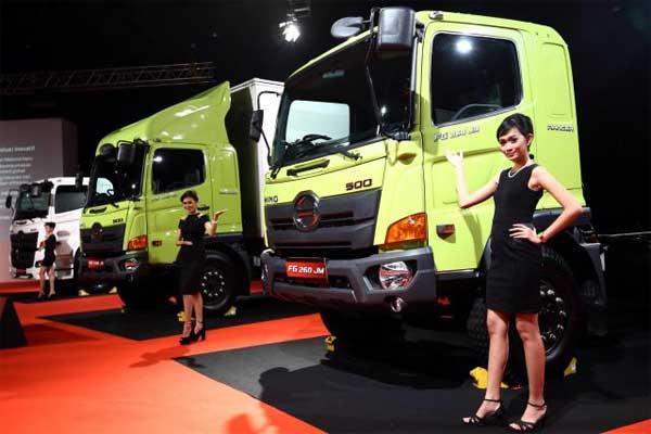 Model berpose didekat truk Hino 500 Series New Generation Ranger saat peluncuran di Jakarta, Kamis (15/1). - Bisnis, Abdullah Azzam
