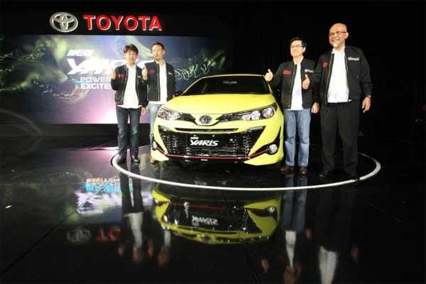 Chief Engineer New Yaris Akira Kasamatsu (dari kiri), Presiden Direktur PT Toyota-Astra Motor (TAM) Yoshihiro Nakata, Wakil Presiden Direktur Henry Tanoto dan Presiden Direktur PT Toyota Motor Manufacturing Indonesia Warih Andang Tjahjono berfoto bersama pada peluncuran Toyota New Yaris di Jakarta, Selasa (20 - 2). Toyota New Yaris hadir dengan mengedepankan semangat emotional design pada eksterior dan interior, menjadikan New Yaris tampil kian sporty dan lebih stylish.