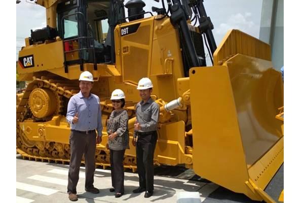 Chief Administration Officer Trakindo Maria T Kurniawati (tengah), berfoto bersama Branch Manager Trakindo Balikpapan Andi Mauraga (kanan) dan Mining Product Lifecycle Manager Haris Dini Muharyanto saat peluncuran Dozer Cat D9T di Balikpapan, Rabu (25/10/2017). - Bisnis.com/Saeno