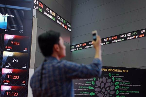 Pengunjung mengambil gambar pergerakan indeks harga saham gabungan (IHSG) di Gedung Bursa Efek Indonesia Jakarta, Senin (22/1). - JIBI/Dwi Prasetya