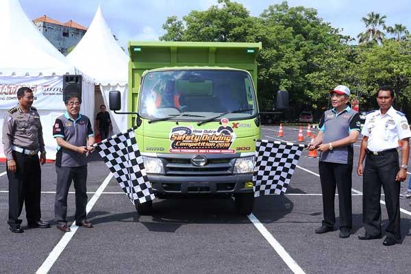 Predir PT Hino Motors Sales Indonesia Kayanoki bersama dengan Dirut Hino CSBI Cahaya Wirawan mengibarkan bendera tanda dimulainya Kompetisi Keselamatan Berkendara Hino DUtro di Bali, Jumat (23/2 - 2018)