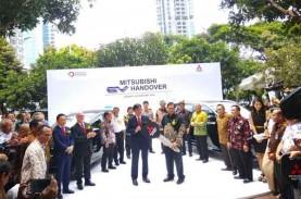 Mitsubishi Serahkan 10 Mobil Listrik ke Indonesia