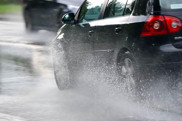 Menyetir di tengah hujan - lb/law.com