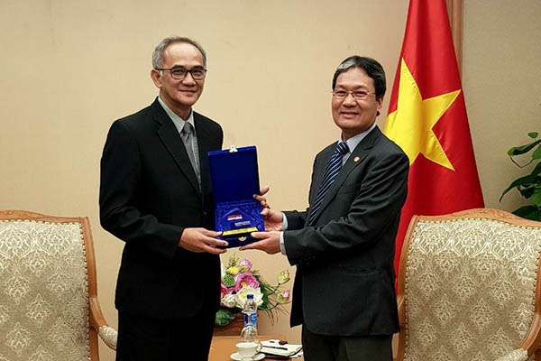 Direktur Jenderal Perdagangan Luar Negeri Republik Indonesia Oke Nurwan (kir) berfoto bersama  Vice  Chairman of the Government Office Vietnam Nguyen Cao Luc seusai berdiskusi soal implementasi Decree 116 di Hanoi, Vietnam, Selasa (27/2/2018) sore.  - Tim Delegasi Republik Indonesia
